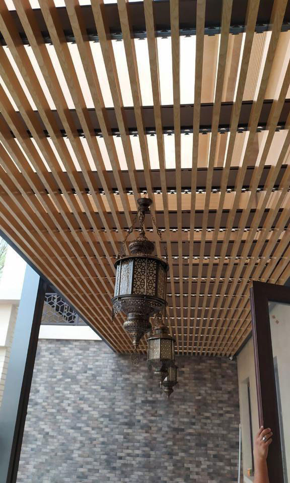 KRAFT slatted ceiling for the visor of the entrance group in the house